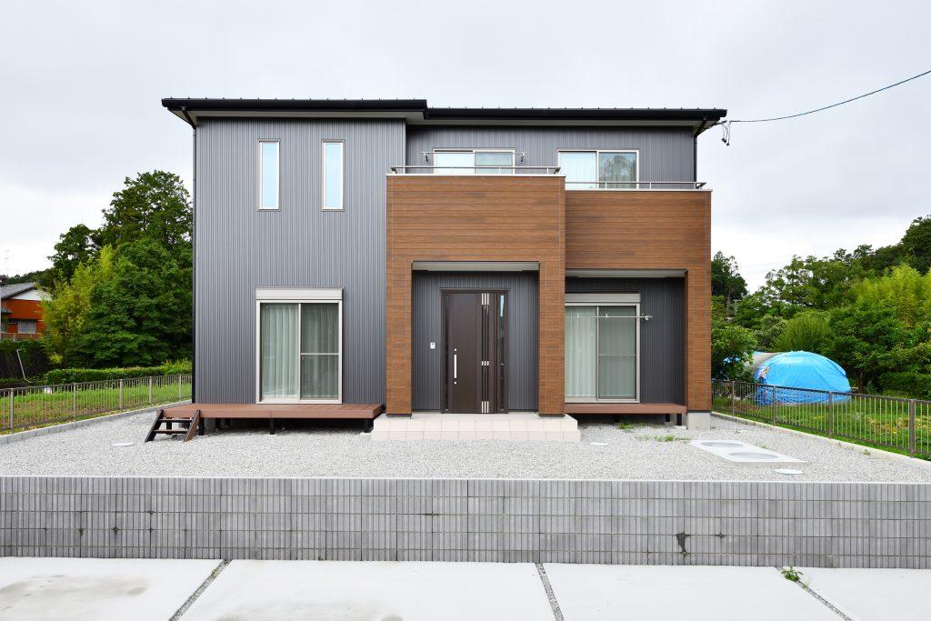 洗練された外観、開放的な吹き抜けが特徴的な家